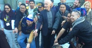Anthony Daniels ( C-3PO  ) Surprises Fans Lined Up For ' Star Wars: The Force Awakens'